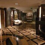 Couloir menant à la salle du petit dej et au spa