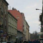 Отель (издалека) и улица