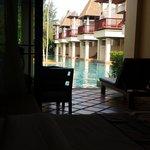 vue de la chambre avec sa terrasse qui donne sur la piscine