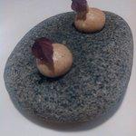Meringhe di porcini servite su pietra calda