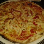 Pizza de pollo braseado.