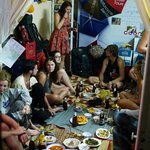 Met zn allen eten in het hostel
