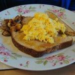 Scrambled eggs on toast, with mushrooms