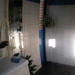 Une salle de bain avec douche ouverte ( douche italienne)