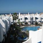 Blick vom Balkon auf Pool und Umgebung
