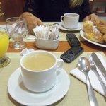 desayuno  con cafe  con  leche,jugo .y  facturas  mas  melon