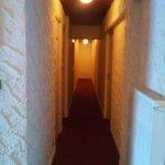 Couloir de l'hôtel donnant aux chambres