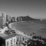 シェラトンワイキキ17階から眺めるワイキキビーチ&ダイヤモンドヘッド。モノクロでも絵になりますね。