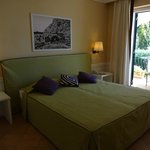 Quarto Deluxe com cama de casal, varanda e vista para o mar. Amamos!
