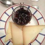 Fromages Basques et confiture de cerises noires