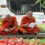des bonzes dans la ville à Phnom Penh