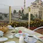 ブルーモスクをバックにトルコスタイルの朝食