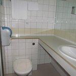 Quarto 303 o banheiro barulhento.