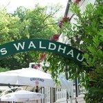 Entrada a la terraza con el nombre del restaurant.