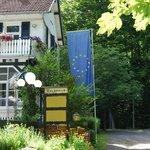 Vista lateral del restaurant, desde el bosque con la bandera de la Unión Europea.