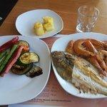 Рыба, креветки и овощи на гриле