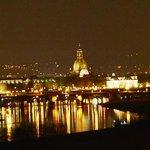 Blick vom Waldschlössschen auf Dresden bei Nacht