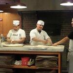Os pizzaiolos trabalhando