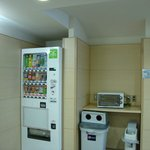 Vending machine and dustbin