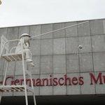 Перед входом в музей необычные фигуры