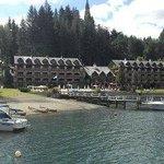 Vista del hotel desde el lago sobre canoa