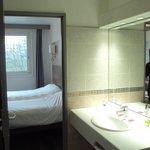 Habitación doble estándar y baño.