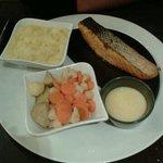 Pavé de saumon, poélée de légumes et purée au beurre
