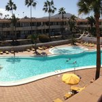 poolområdet set fra vores balkon. værelse 70
