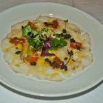 Carpaccio de bakalao en ensalada con caviar de oricios y olivada,