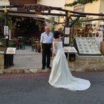 Alex staat zelfs een bruidje binnen te praten. Of het gelukt is? de liefde van de man gaat door