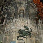 Drago sul lato sinistro della facciata
