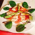 Salat von Tomaten, Mozzarella und Avocado