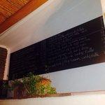 Speisekarte an der Wand auf Spanisch und englisch.