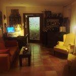 Sala de estar y bar