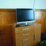 Televisor dispuesto frente a la cama