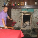 Il proprietario Norberto Festo davanti all'antico camino