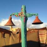 totem de lumière au milieu des tentes