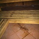 schlecht gereinigter Boden in der Sauna