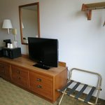 Super 8 Peru IL - Desk and TV area