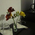 accoglienza con fiori freschi in camera