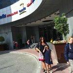 På väg ut ur entren för shopping på Emirates Mall