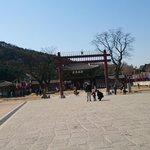 新豊楼(正門)前の広場は凧揚げスポット
