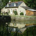 la maison éclusière de Kerdelen vous propose le long du canal de Nantes à Brest 2 chambres d'hôt