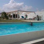 Max Diego Arroyo disfrutando la piscina en el mejor hotel
