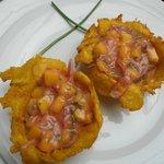 Cebiche de mango en canasta de platano