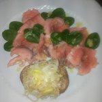 Carpaccio di salmone marinato con vinaigrette alla senape e porro croccante