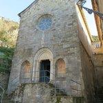 Veduta della facciata della Chiesa...venendo dal sentiero di Porto Pidocchio
