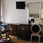 ベッド以外のスペースがあまりない。ドレッサーと椅子の高さが合っていないのでここで化粧するのは無理。
