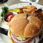 Un ricco cheeseburger al ristorante Silver Salmon Grille