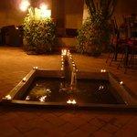 Abendliche Dekoration im Innenhof